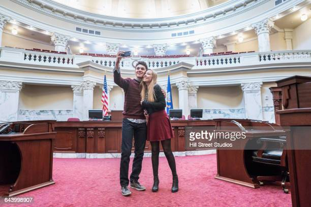 caucasian couple taking selfie in capitol building - senado governo - fotografias e filmes do acervo