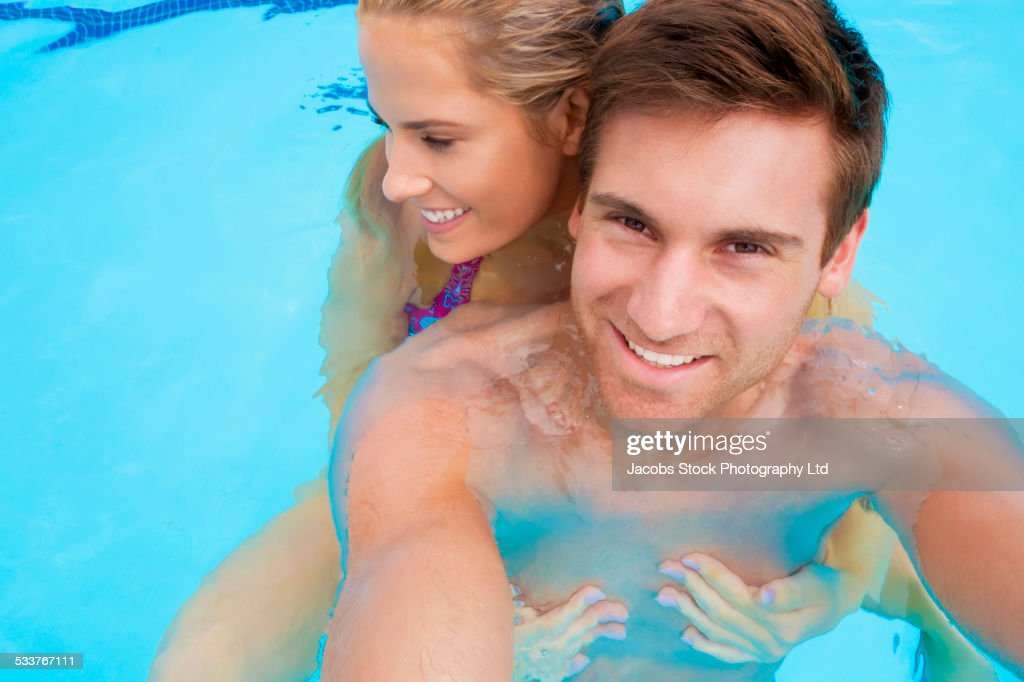 Caucasian couple together in swimming pool : Foto stock