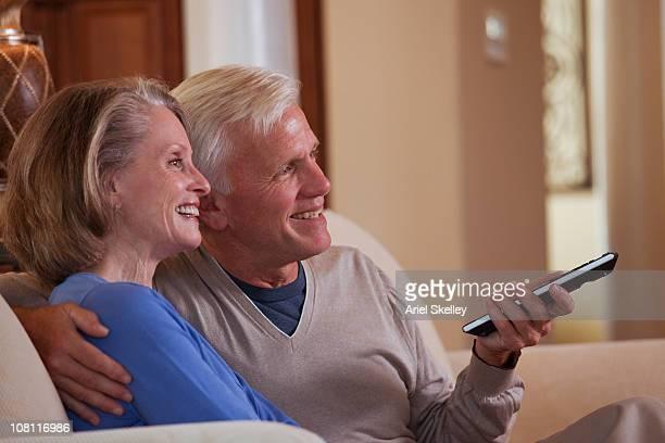 白人カップル一緒の TV
