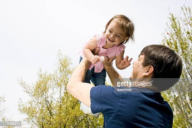 Europäischer Abstammung Vater Holding Baby Tochter im Freien mit Copyspace