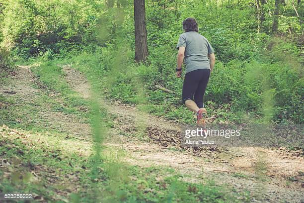 Kaukasier Älterer Mann läuft im Wald-Rückansicht