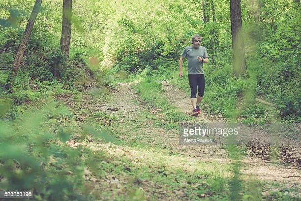 Kaukasier Älterer Mann mit Bart und Sonnenbrillen laufen Ski