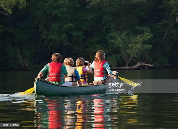 Caucásica familia paseos en canoa juntos