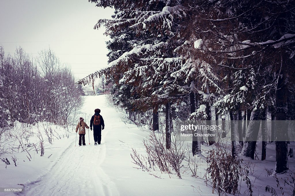 Caucasian father and daughter cross-country skiing on snowy road : Foto stock
