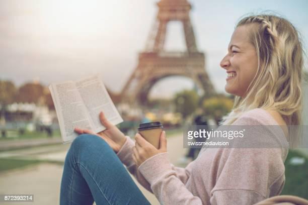 Caucasienne femmes appréciant la lecture d'un livre à Paris