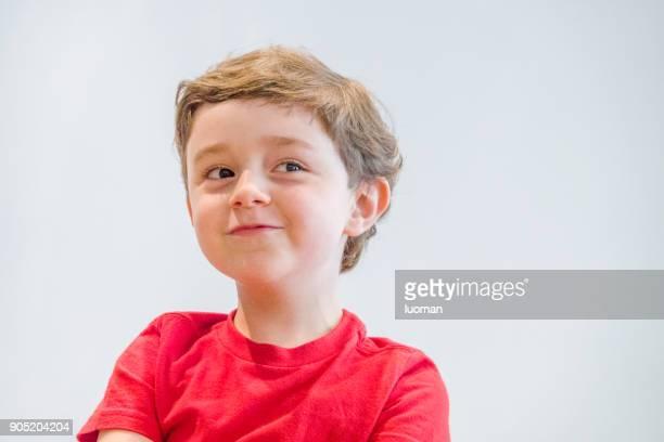 Garçon de cinq ans caucasien