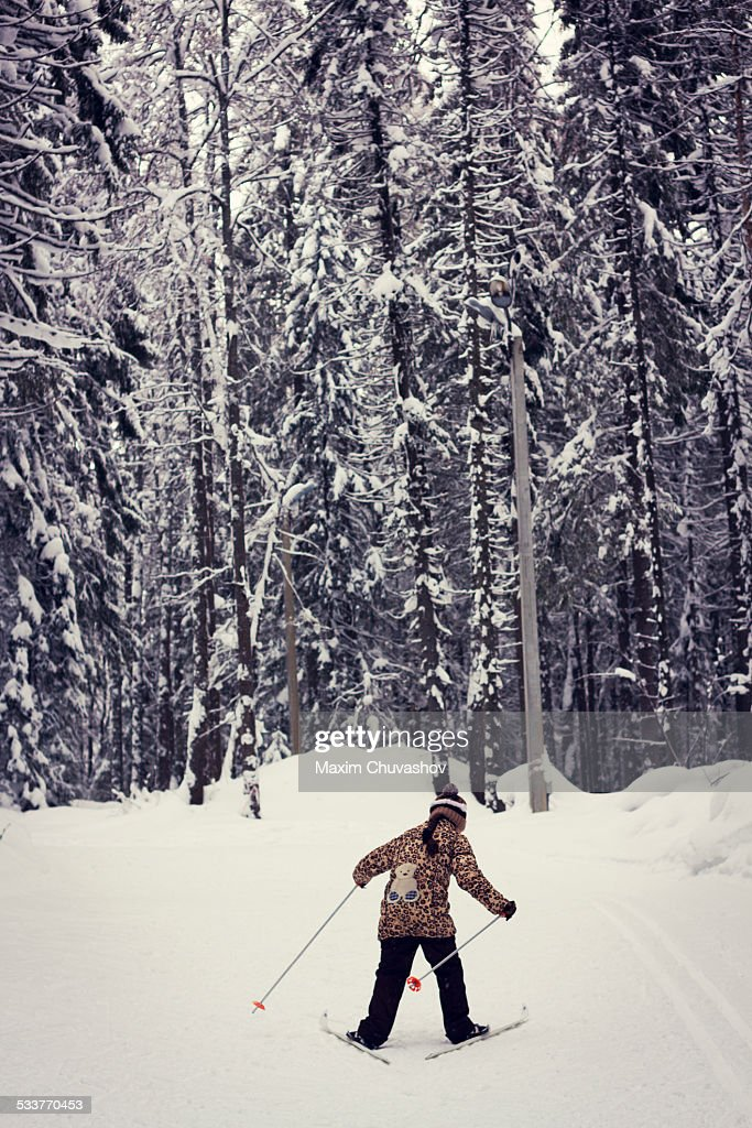 Caucasian girl cross-country skiing in forest : Foto stock