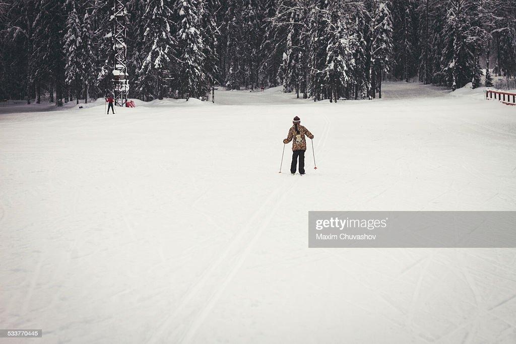 Caucasian girl cross-country skiing in snowy field : Foto stock