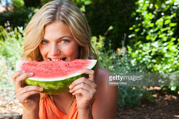 caucasian girl eating watermelon - sherman oaks - fotografias e filmes do acervo