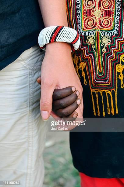 Blanco y negro personas agarrar de la mano