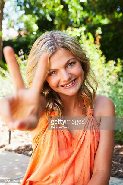 caucasian girl making the peace sign - sherman oaks - fotografias e filmes do acervo