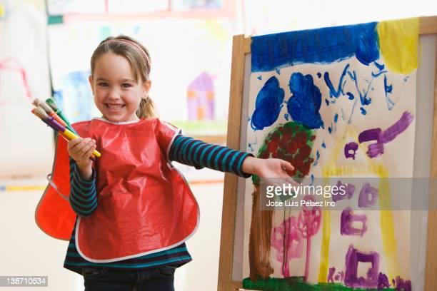 caucasian girl painting in art class - 4 5 jahre stock-fotos und bilder