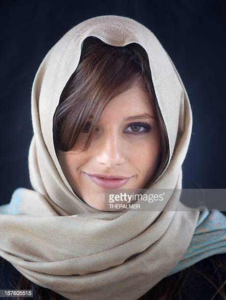 Niña caucásica utilizando un pañuelo de cabeza