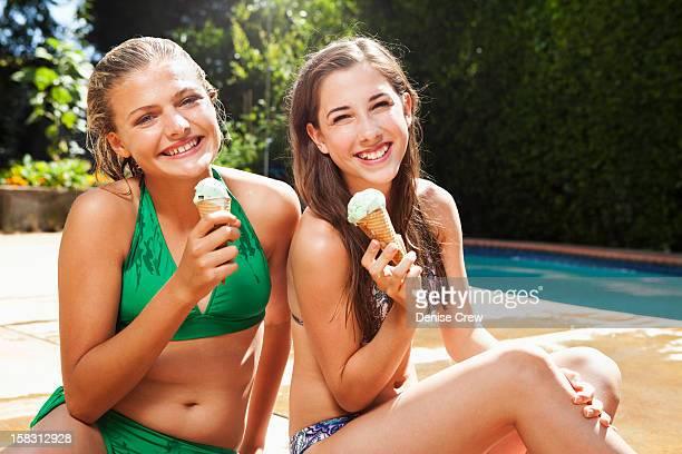 caucasian girls eating ice cream cones near swimming pool - sherman oaks - fotografias e filmes do acervo