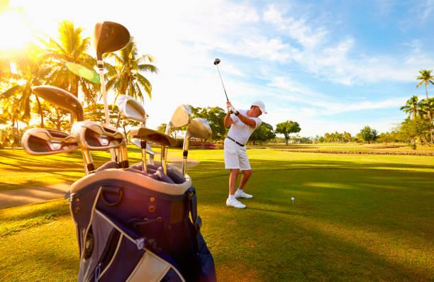 Golfeur Caucasien Frappant Une Balle Sur Terrain De Golf - Photos et images libres de droits