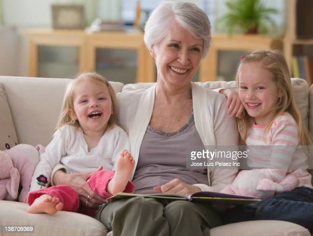 caucasian grandmother reading book to granddaughters - west new york new jersey - fotografias e filmes do acervo