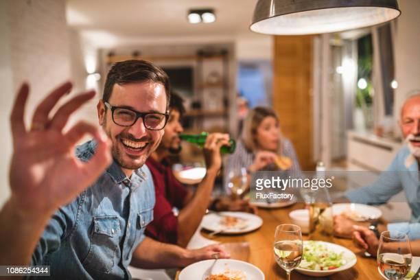 kaukasische männer genießen köstliche abendessen mit seiner familie - perfektion stock-fotos und bilder