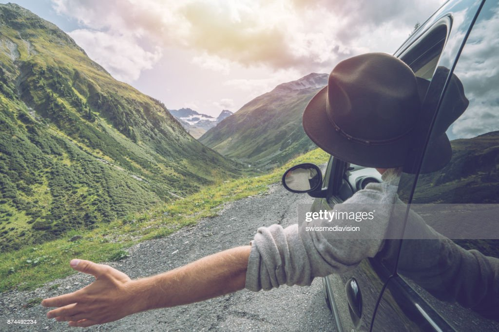 Kaukasischen Männchen auf Roadtrip Berglandschaft genießen : Stock-Foto