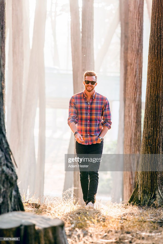 Caucasian man exploring sunny forest : Foto stock
