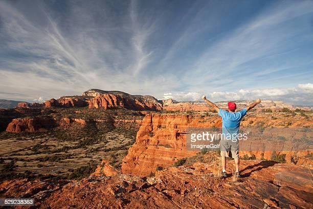 白人男性アリゾナ州セドナでのハイキング