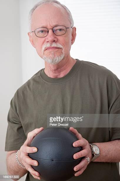 caucasian man holding ball - peter forte - fotografias e filmes do acervo