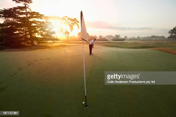 caucasian man putting on golf course - putting - fotografias e filmes do acervo