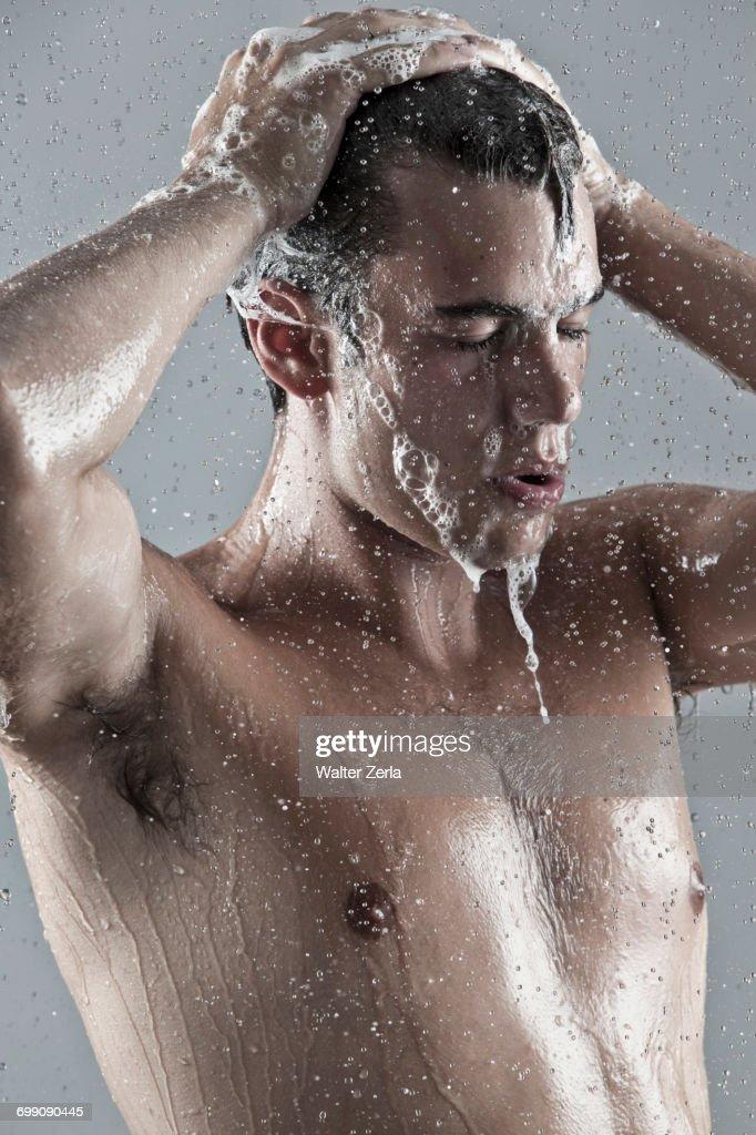 Caucasian man showering : Foto de stock