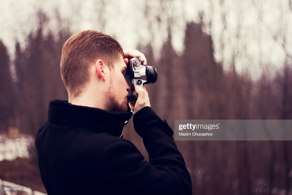 Caucasian man taking photograph outdoors : Foto stock