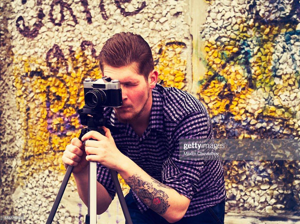 Caucasian man taking photograph outdoors : Foto stock