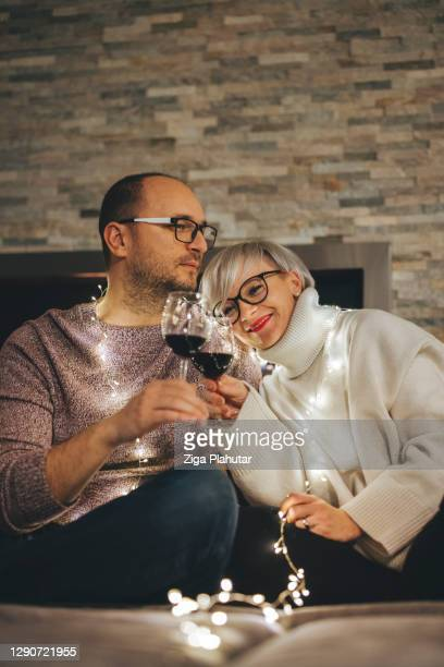 自宅で新年を過ごす白人の夫婦 - 30 39 years ストックフォトと画像