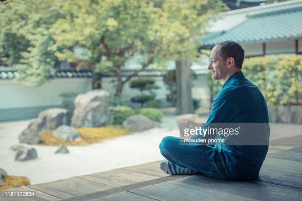 寺院の庭でリラックスする白人男性 - 京都市 ストックフォトと画像