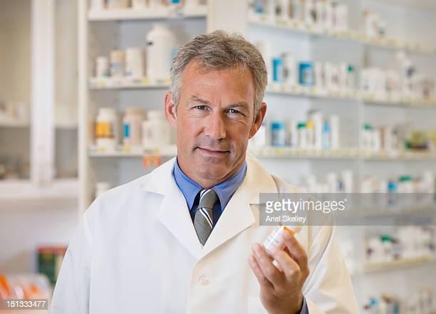 Europäischer Abstammung Apotheker, die Medikamente Flasche