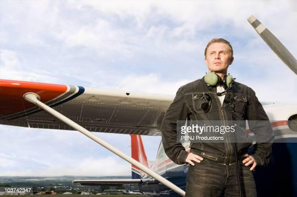 Caucásicos piloto de pie cerca de pequeño avión