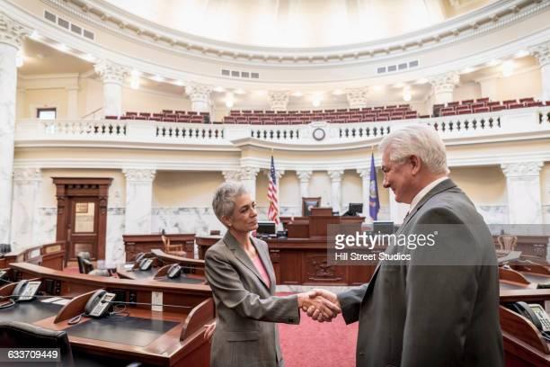 caucasian politicians shaking hands in capitol building - senado governo - fotografias e filmes do acervo