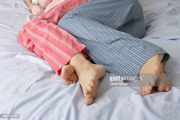 caucasian pregnant lesbian couple laying on bed - abbracciarsi a letto foto e immagini stock