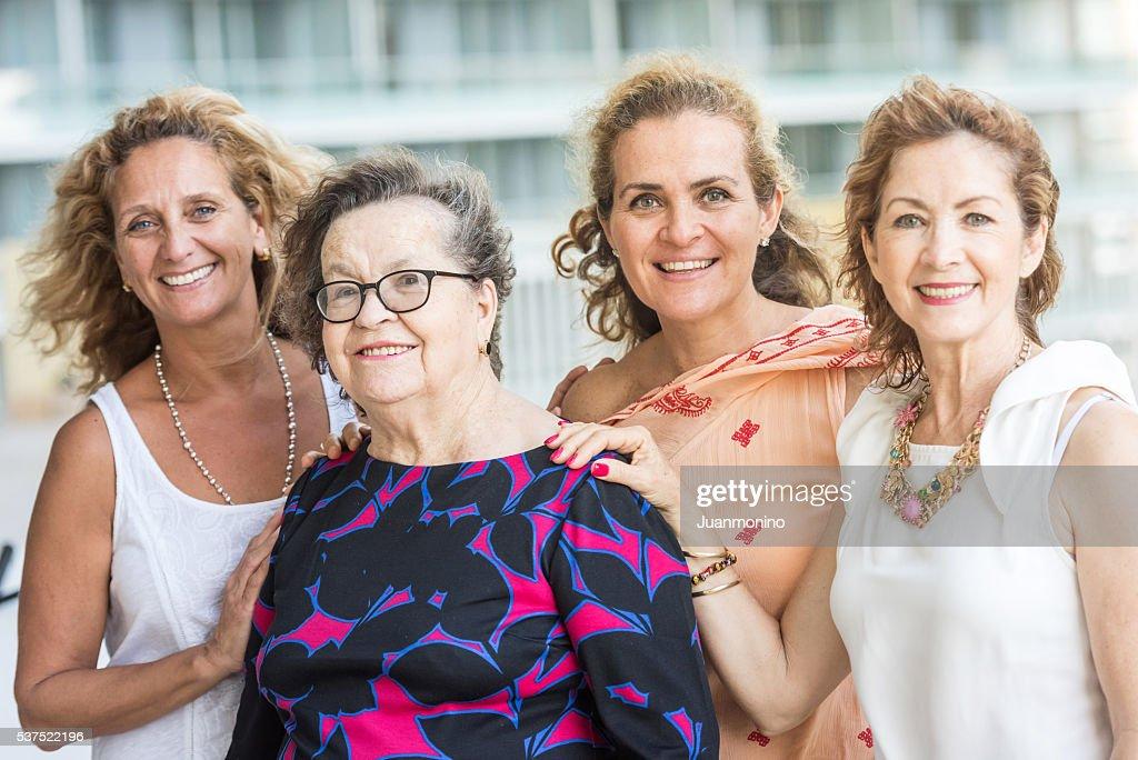 Caucasiana sênior mãe posa com suas filhas maduro : Foto de stock