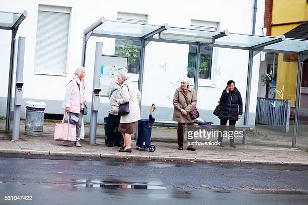 Kaukasier senior Frau an der Bushaltestelle