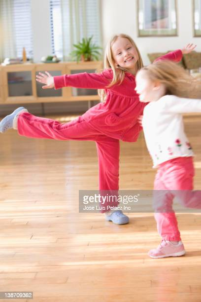 caucasian sisters dancing in living room - west new york new jersey - fotografias e filmes do acervo