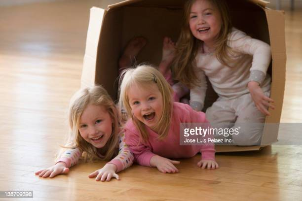 caucasian sisters playing in cardboard box - west new york new jersey - fotografias e filmes do acervo