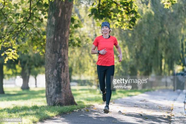 caucasian sportswoman enjoying run in public park - clapham common stock pictures, royalty-free photos & images