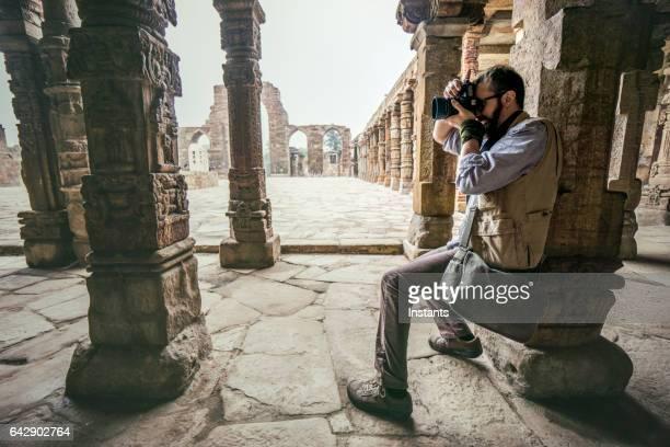 caucasiana turista fotografar a arquitetura de qutub minar - nova delhi - fotografias e filmes do acervo