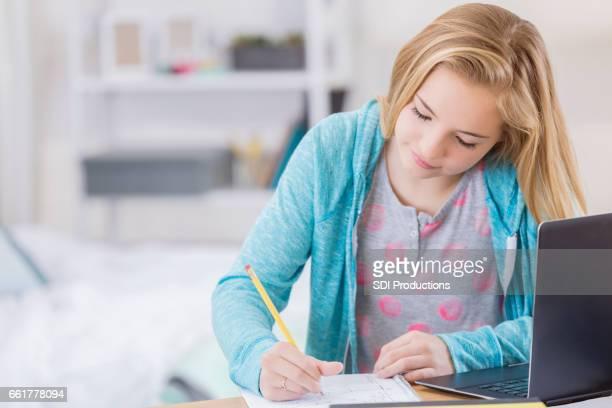 Études de tween caucasien fille dans sa chambre