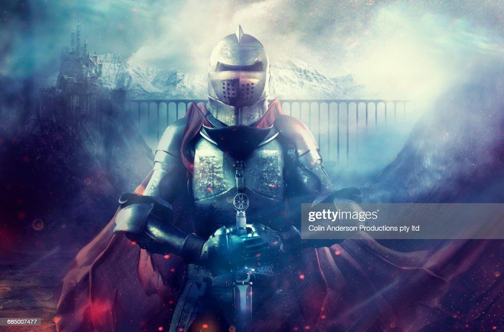 Caucasian warrior wearing armor and cape on foggy battlefield : Foto de stock