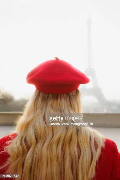 caucasian woman admiring eiffel tower, paris, ile-de-france, france - ile de france stockfoto's en -beelden