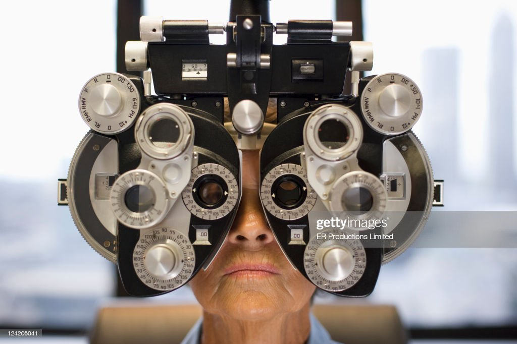 Caucasian woman having eye exam : Stockfoto