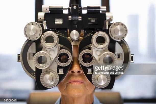 Mujer caucásica con examen ocular
