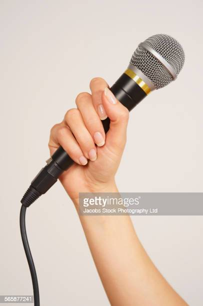 caucasian woman holding microphone - micro photos et images de collection