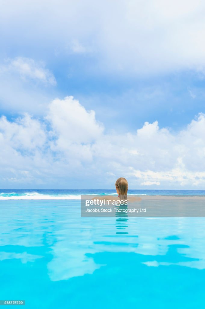 Caucasian woman in swimming pool : Foto stock