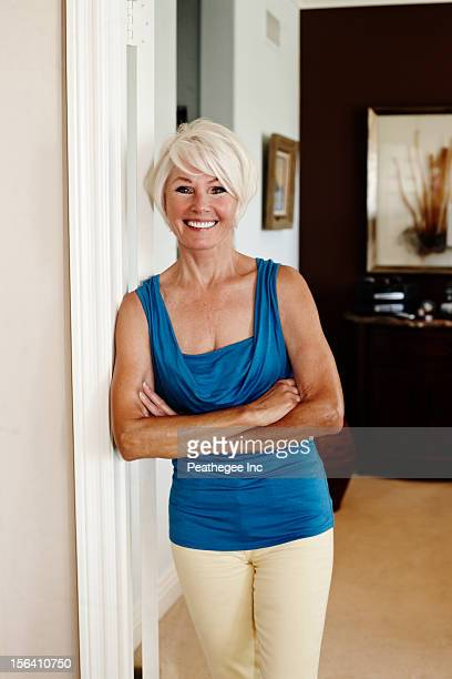 caucasian woman leaning on wall with arms crossed - san clemente california stock pictures, royalty-free photos & images