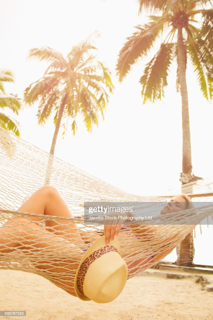 Caucasian woman napping in hammock : Foto stock